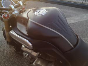 Yamaha MT-01 - car wrapping totale nero spazzolato e grigio titanio spazzolato