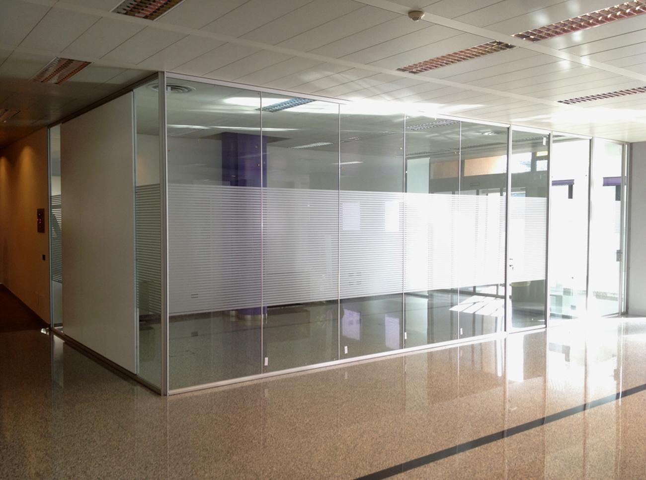Decorazione pareti vetrate ufficio con pellicola for Pannelli adesivi per pareti