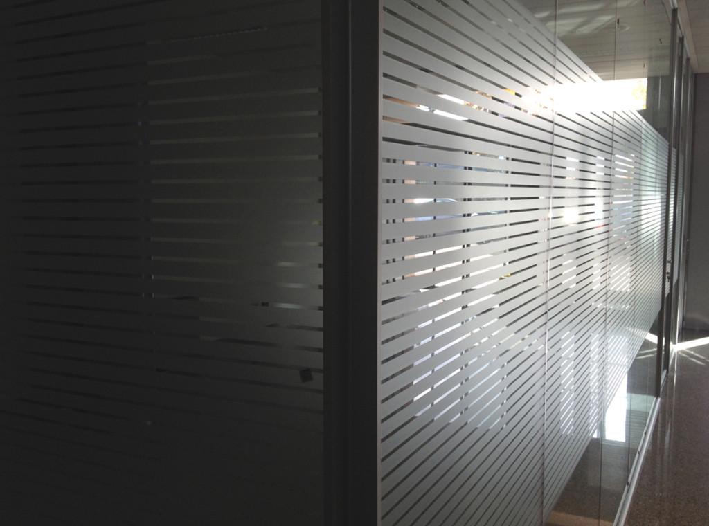 """Decorazione pareti vetrate ufficio con pellicola smerigliata """"millerighe"""""""