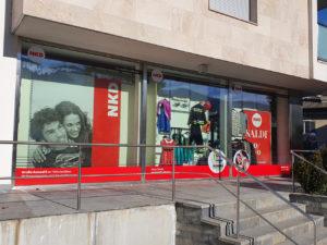 allestimento-negozio-nkd-vipiteno decorazione adesivi insegne
