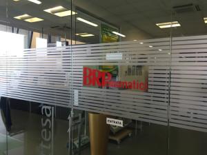 decorazione parete vetrata pellicola smerigliata personalizzata 1 brp brpneumatici