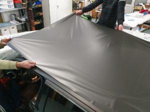 Fase di applicazione pellicola cast da wrapping per rivestimento tetto