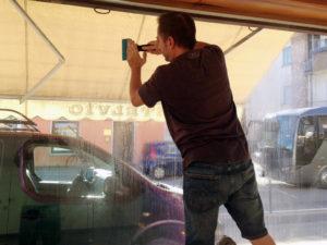 Installazione di pellicole di sicurezza e antisfondamento su vetrate artestick  thiene vicenza